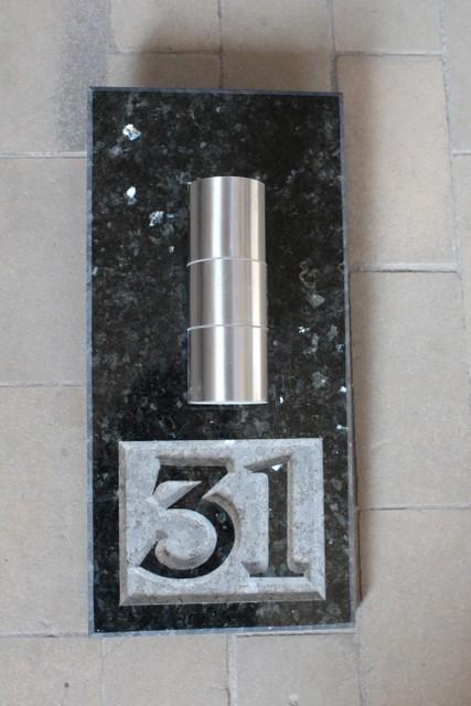 Hausnummer, beleuchtet. Dunkel Labrador Granit, 22 x 47 cm