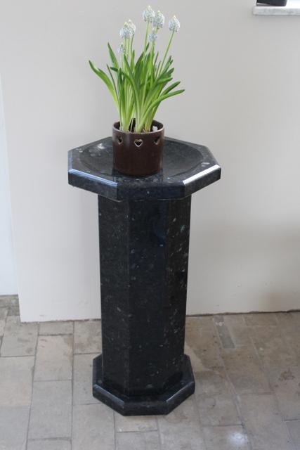 Blumensäule, dunkel Labrador Granit, 20 x 67 cm