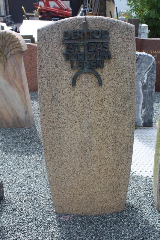 Nr. 257; 55 x 125 x 20cm, heller Granit, Bronzeschrift optional